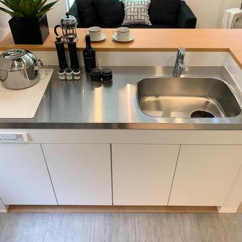 【LD】キッチンは二口IH。作業スペースも広くて良いですねえ。