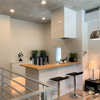 【LD】窓辺、階段側から見ると。キッチンのダクトや、エアコンなども白で統一感があって良いですね。