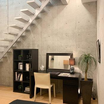 【BD】天井が高いので、地下室ながらも開放感があるし、デスクもしっかり置けちゃう。