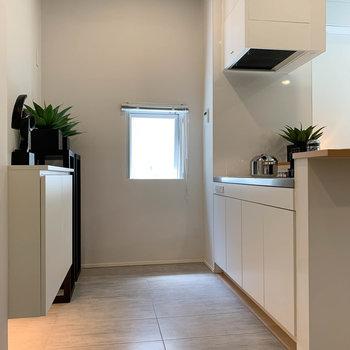 【LD】玄関からキッチンまでは、床の色が違います。