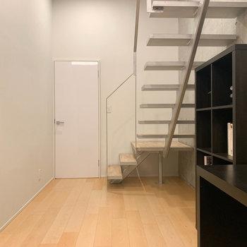 【BD】お部屋奥から見ると。白い扉はサニタリーへ続いてます。