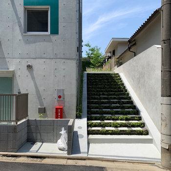 この階段を登った先に駐輪場があります。