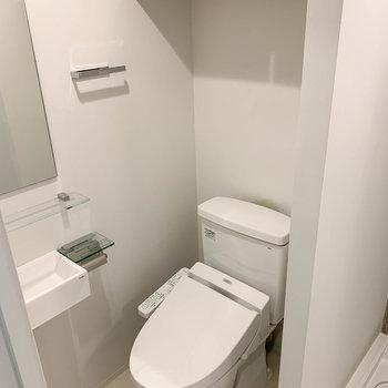 トイレ上には収納もついてます。※写真は2階の同間取り別部屋のものです