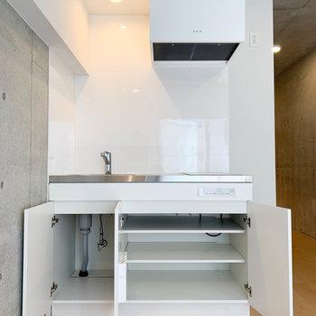 キッチン下、意外と収納もあります。※写真は2階の同間取り別部屋のものです