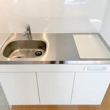 キッチンは二口IH。自炊派にも嬉しいサイズ。※写真は2階の同間取り別部屋のものです