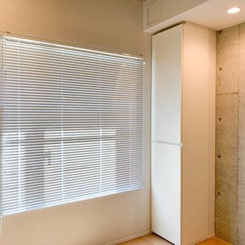 窓にはブラインドがついてます。※写真は2階の同間取り別部屋のものです