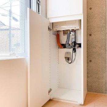 部屋奥の箱は給湯器。下に若干収納できそう。※写真は2階の同間取り別部屋のものです
