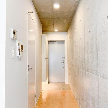 廊下から玄関。ここもフローリングが気持ちいい。※写真は2階の同間取り別部屋のものです