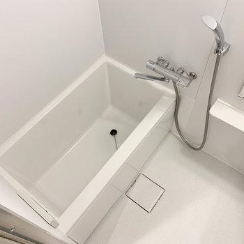お風呂は比較的ゆったりめなサイズ※写真は2階の同間取り別部屋のものです