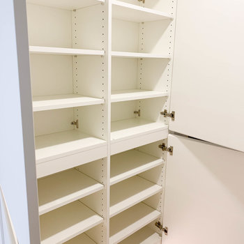 でかいぜ玄関収納棚。下段を靴用、上段を鍵などのお出かけアイテム収納にしちゃいましょう〜※写真は2階の同間取り別部屋のものです