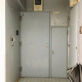 シンプルなグレーの玄関扉。