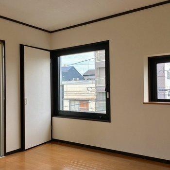 濃い色の木枠と窓枠がきいてます。