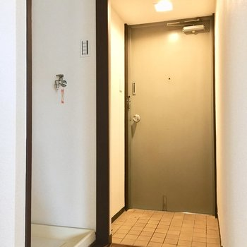 玄関はこちら。洗濯機置場が隠れるのはうれしいですよね。