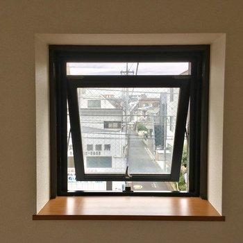 お花とか飾りたい出窓になってる小窓の先は…