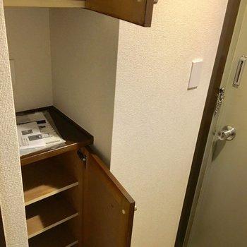 靴箱も上下に分かれてて、台の上も有効活用できます。