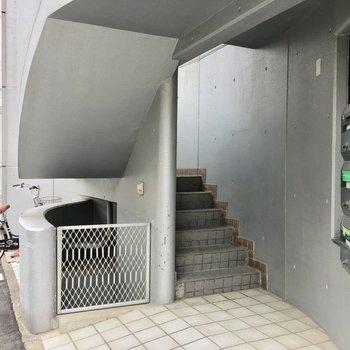 こちらの階段を3階まで。