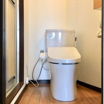 ドアの先、トイレ兼脱衣所。でも分かれてるのは嬉しいポイント。