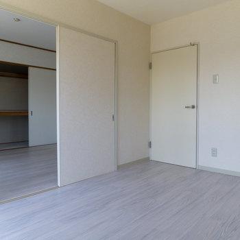 この二部屋は可動式の扉で仕切れます。