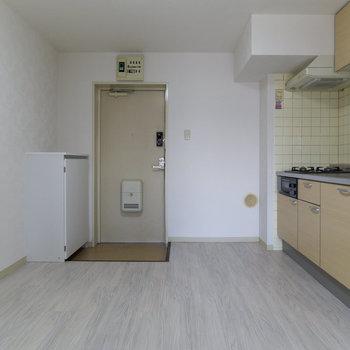 一枚目の写真の反対側から。キッチン、広いですね!