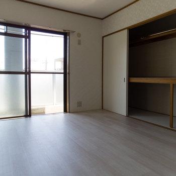 玄関から向かって右のお部屋。収納が広すぎて二度見してしまいました。