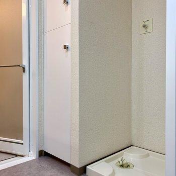 洗濯機置場隣の収納には、タオルや洗剤が置けますね
