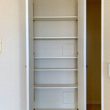【LDK】こちらの収納はキッチン側なので、食器を入れてもいいですね