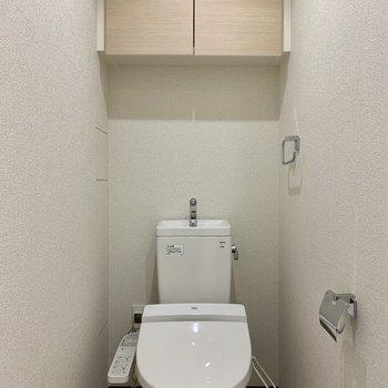 棚に予備のトイレットペーパーが収納できますね