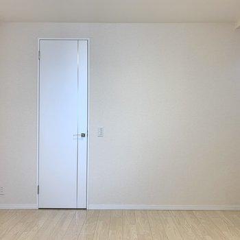 【洋室約8.3帖】おや、こちらの扉は?
