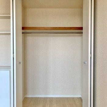 【洋室約5.2帖】丈の長い服も掛けられる高さです