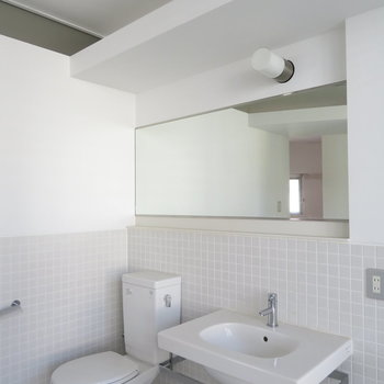 洗面台の鏡は長いです