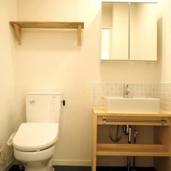 【トイレ】男性用と女性用で1階には2つ、各階にも1つ設置