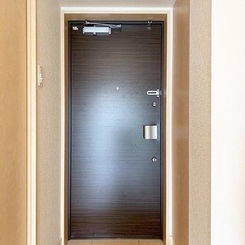 玄関扉は安心の2重ロック※写真はクリーニング前のものです