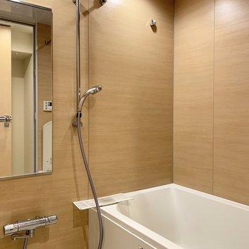 お風呂は広々としています※写真はクリーニング前のものです
