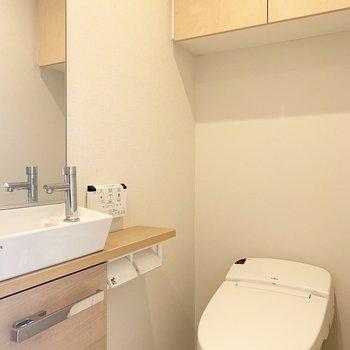 トイレには棚と手洗い場、鏡まで。※写真はクリーニング前のものです