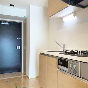 キッチン横には冷蔵庫をしっかり置けます※写真はクリーニング前のものです