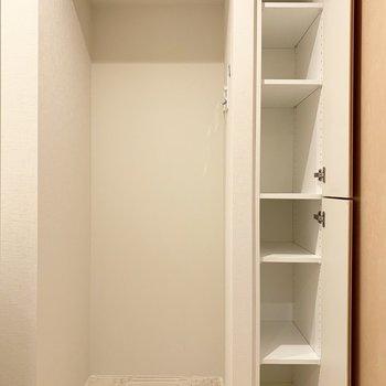 入って右手には洗濯機置場と小さな収納。ありがたい※写真はクリーニング前のものです