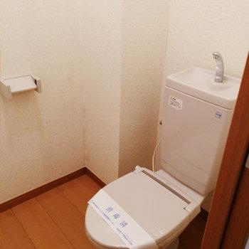 廊下の奥にトイレがあります。