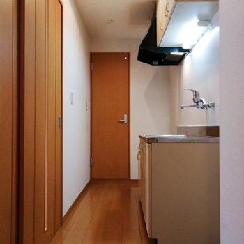 キッチンは玄関前の廊下に。