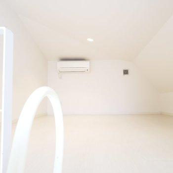 【ロフト】天井は斜めに。160cmでギリギリ左側に立てました。