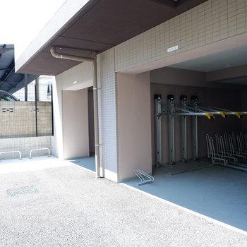 駐輪場は屋根付きで雨の日も安心。オートロック内にありました。