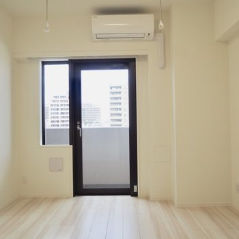 お部屋にある唯一の窓※写真は7階の同間取り別部屋のものです