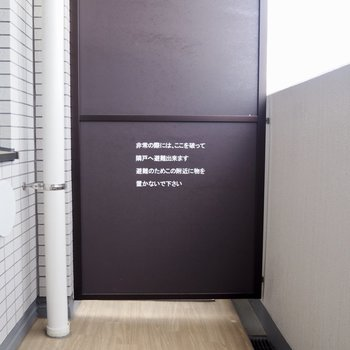 バルコニーの床もウッド調※写真は7階の同間取り別部屋のものです