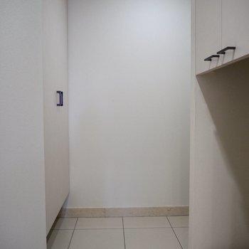 廊下からは玄関ドアが見えません※写真は7階の同間取り別部屋のものです