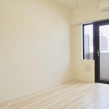 長いベッドも置けそう※写真は7階の同間取り別部屋のものです