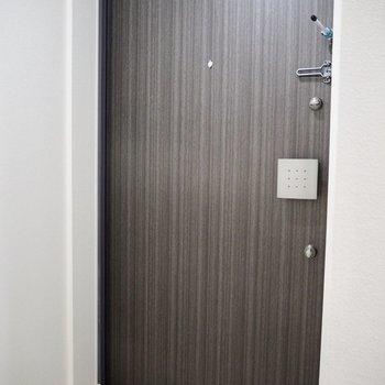 暗めの色が玄関を引き締めます※写真は7階の同間取り別部屋のものです