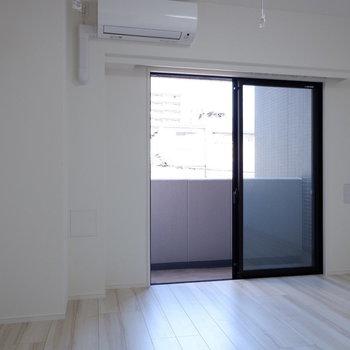 白を基調としたシンプルなお部屋です。※写真は4階同間取り別部屋のものです