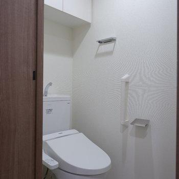 トイレ上には収納が。※写真は4階同間取り別部屋のものです
