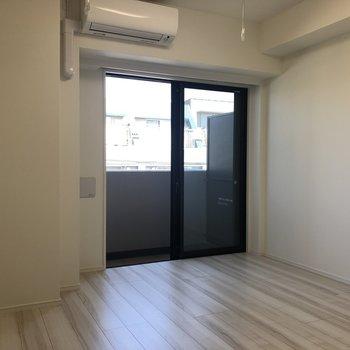 エアコンの目の前に竿掛け※写真は4階同間取り別部屋のものです