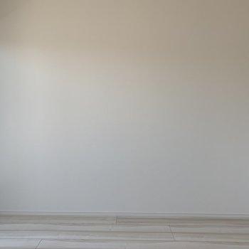真っ白な壁紙。※写真は4階同間取り別部屋のものです