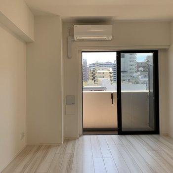 天井が高く、開放感を感じます。※写真は4階同間取り別部屋のものです
